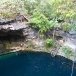 Helder blauw water in een cenote