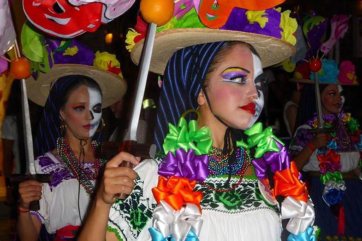 """Geschminkte kinderen tijdens de optocht voor """"Dia de los Muertos"""""""