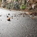 Oppassen voor rotsblokken en gesteente op de weg