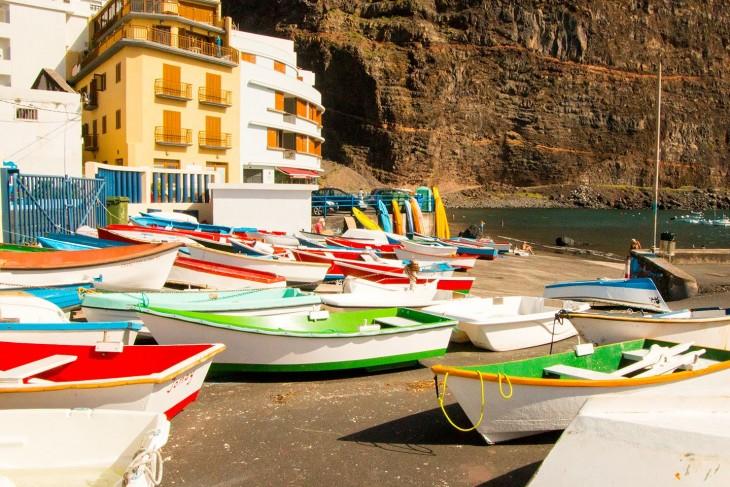 Gekleurde boten in de haven van Valle Gran Rey
