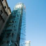 De grote glazen liften van het Museo Nacional Centro de Arte Reina Sofia