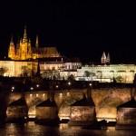 Verlichte Karelsbrug en de Praagse Burcht