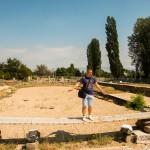 Mark balanceert op een plank over de mozaïeken in Heraclea Lyncestis, Bitola