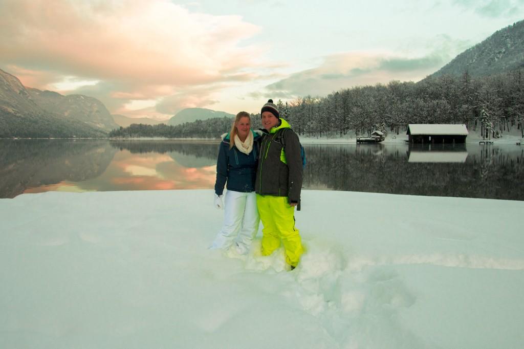 In onze nieuwe skikleding bij het meer van Bohinj, Slovenië