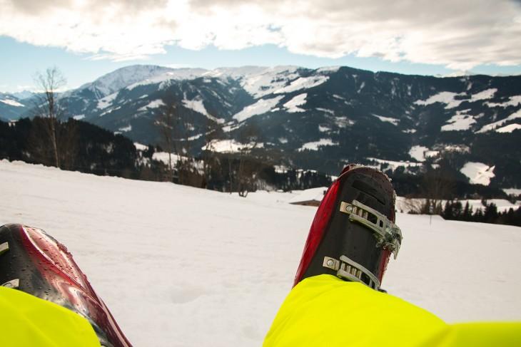 Zitten en genieten van het uitzicht over de bergen