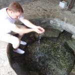 Mark test het water uit de bron van het meer van Ohrid