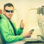 De vrolijke buurman in het vliegtuig