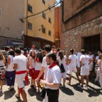 Mensen in traditionele kleding voor het stierenfestival in Teruel, Spanje