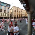 Mensen rennen weg voor de stier in Teruel, Spanje