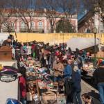 De vlooienmarkt in Alfama wordt druk bezocht