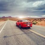 Ford Mustang op weg naar Monument Valley in Utah, Amerika