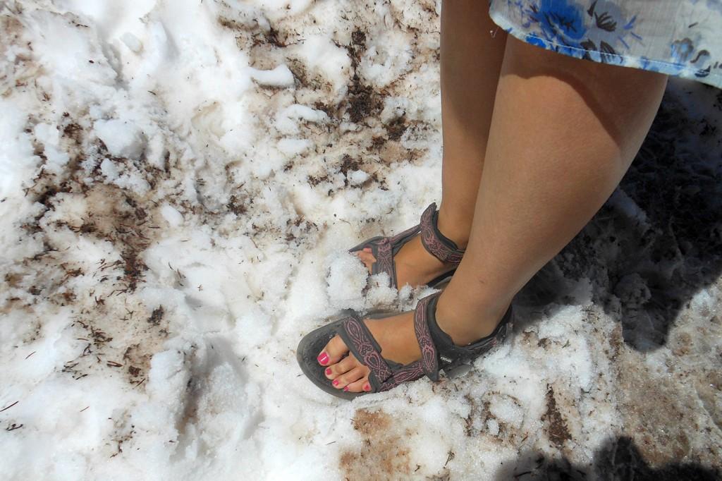 Met de voetjes in de koude sneeuw