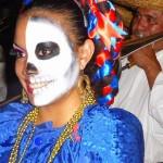 """Geschminkte vrouw tijdens de optocht voor """"Dia de los Muertos"""""""