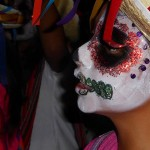 """Geschminkt kind tijdens """"Dia de los Muertos"""" (dag van de doden)"""