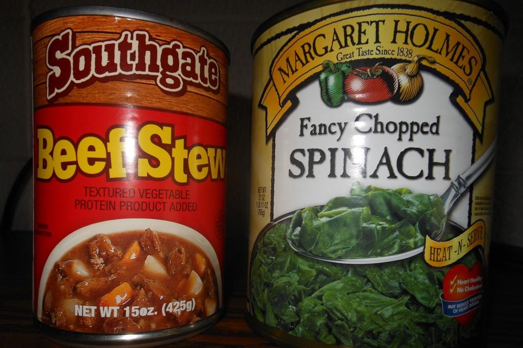 Beef stew en spinazie uit blik van de Dollar Tree