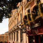 Mooie straten met balkonnetjes i n Madrid