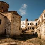 Afgebrande gebouwen rondom het klooster van Treskavec vlakbij Prilep