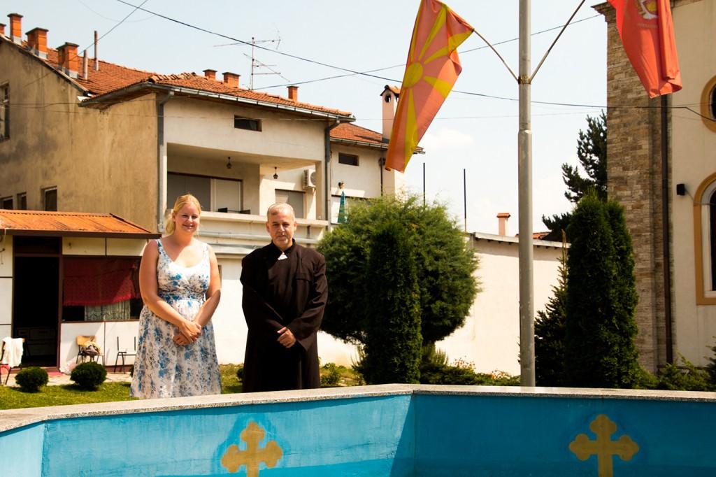 Ik en de trotse priester bij zijn zwembad bij de Kiril i Metodij kerk