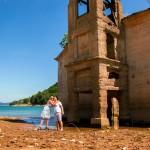 Samen bij de ruïnes van een kerk in het Mavrovo meer