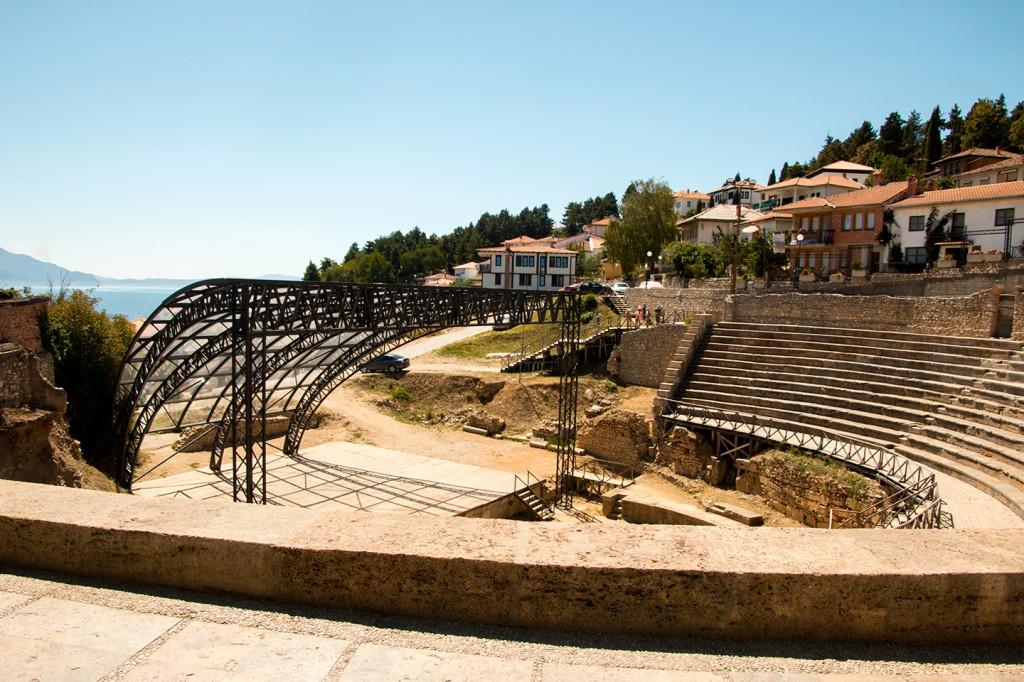 Het openluchttheater met uitzicht over het meer van Ohrid