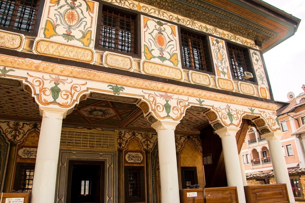 De schilderingen van de Šarena Džamija moskee in Tetovo