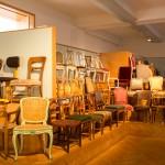 """Veel keizerlijke stoelen te zien in het meubelmuseum """"Hofmobiliendepot"""""""