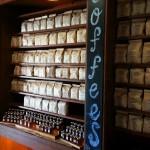 Koop thee in een nagemaakte oude theewinkel