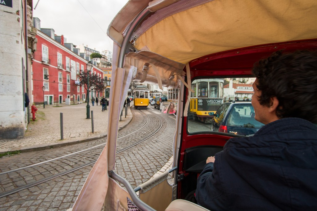 Met de tuktuk crossten we door Lissabon