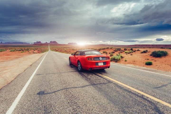 Ford Mustang op weg naar Monument Valley in Utah, Amerika
